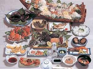夕食は日間賀島の旬の海鮮料理を味わえる(写真は一例)