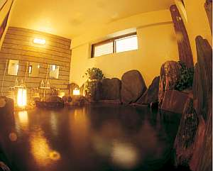 渓流の大きな岩石で作られた千貫風呂