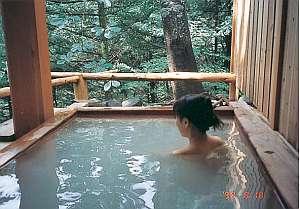 天然温泉乳白色の露天風呂渓谷を眺めながら貸切でのんび