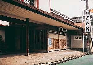 閑静な街の中にある老舗料理旅館