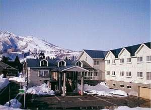 スキーやレジャーの拠点に便利&岩原やガーラ行き無料シャトルバスは宿前に停車。天然温泉も有