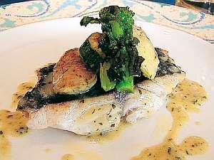魚料理一例「目鯛の香草ソース」
