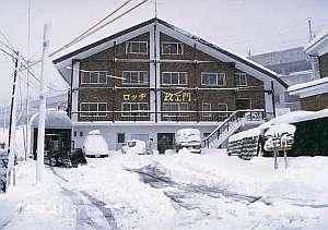 各スキー場へは宿前から乗る無料シャトルで