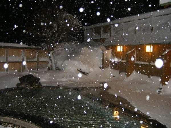 雪降る露天風呂 空からパラパラと舞い落ちる雪はとても綺麗です!