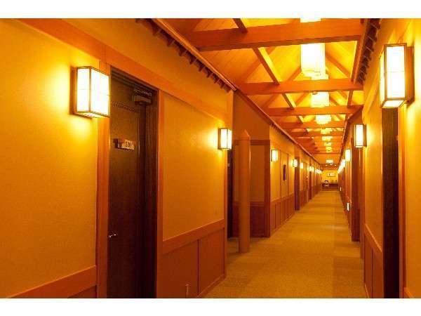 木をふんだんに使った客室廊下は、「舟底造り」という作りです。
