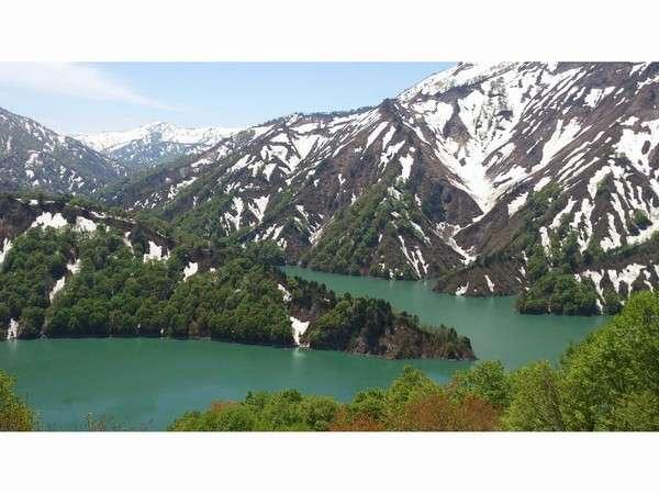 春雪解けの田子倉湖。残雪の白と湖のグリーンがとっても綺麗です!