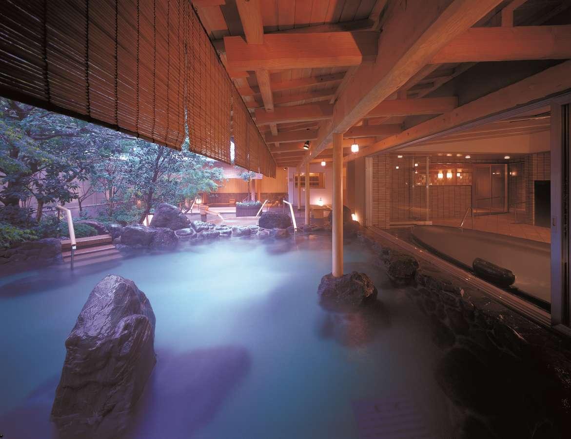 開放感抜群の露天風呂【大浴場】。ミネラル豊富♪何度でもお楽しみ頂けます