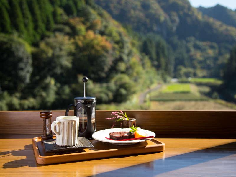 カフェ1階 ほたるの雫でコーヒーや紅茶を飲みながら、お寛ぎいただけますよ♪