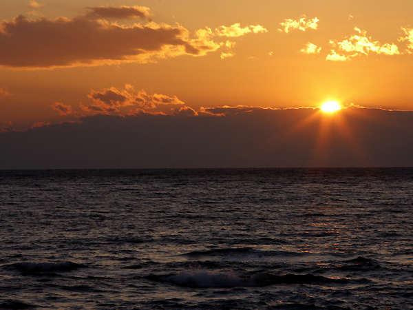 *【宿から眺められる美しい夕日】