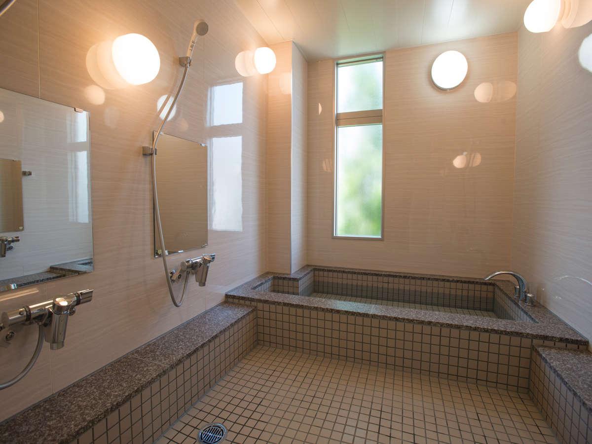 館内には男女別の内湯がございます。足を伸ばして一日の疲れを癒してください。入浴時間17:00~23:00