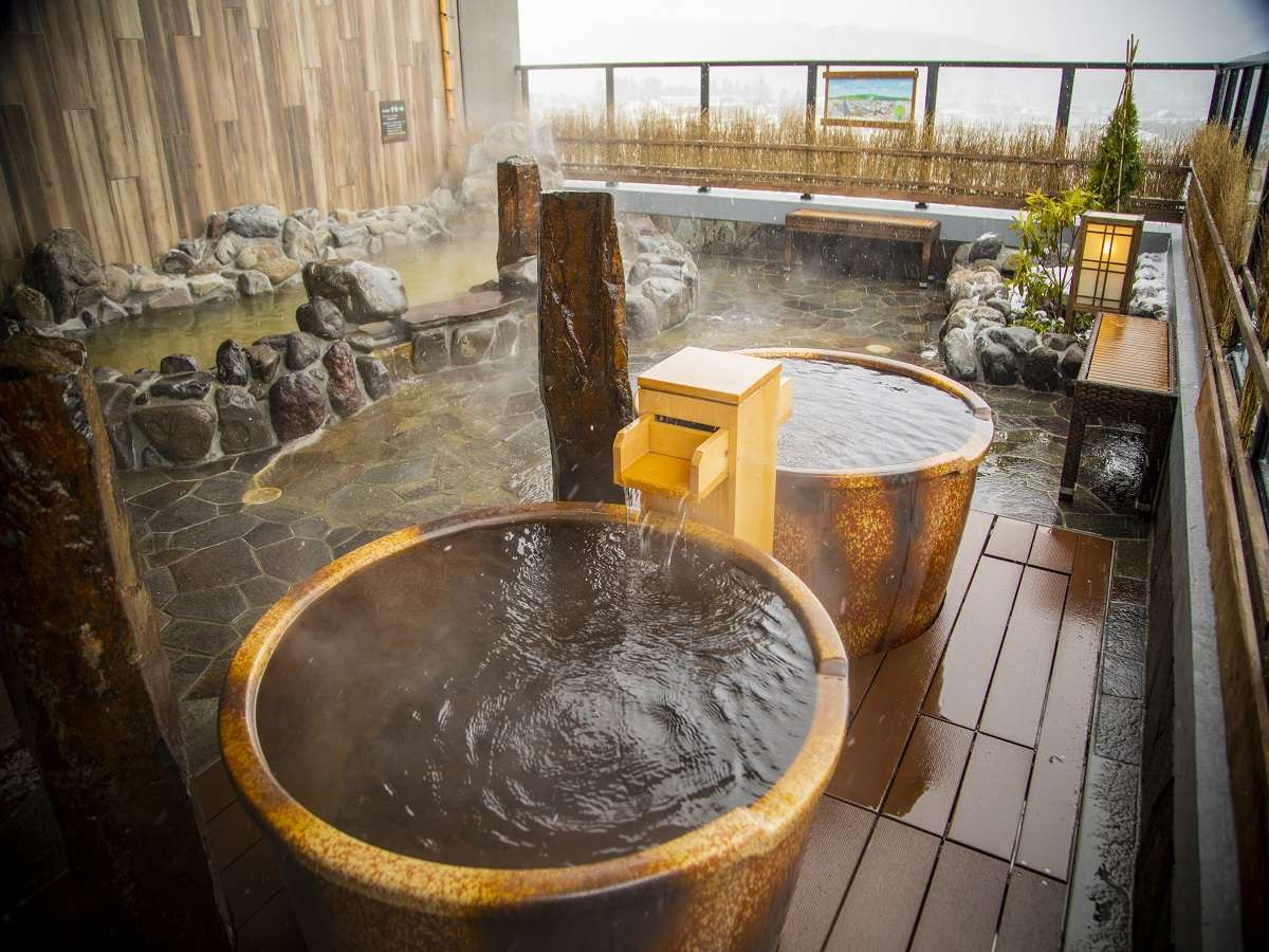 ■男性露天風呂 露天風呂にはおひとり様サイズの壺湯も 湯温43℃