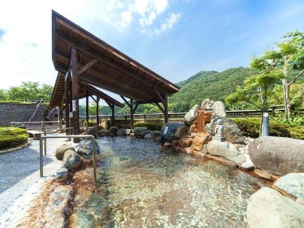 花の湯露天風呂。但馬の美しい自然にいだかれた開放感ある露天風呂です。