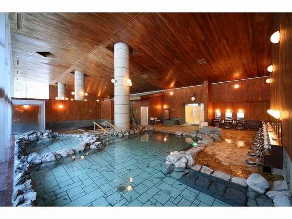 天高8mの広々とした大浴場には内湯が2つ