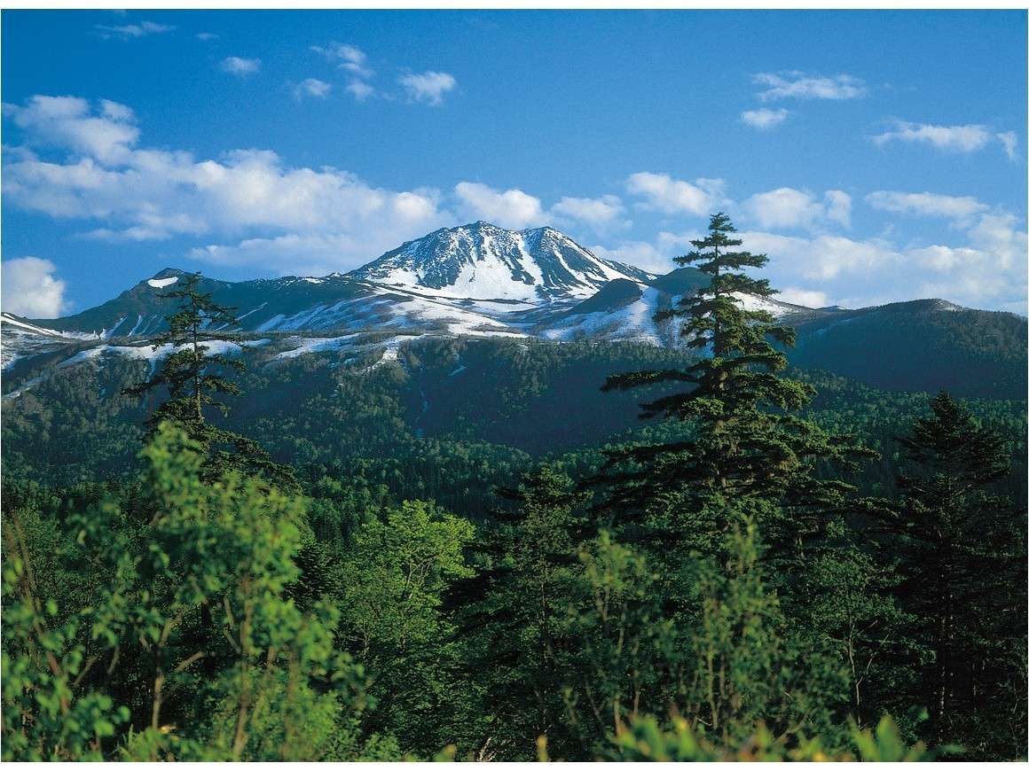 東大雪荘より4kmの望岳台より春のトムラウシ山を望む