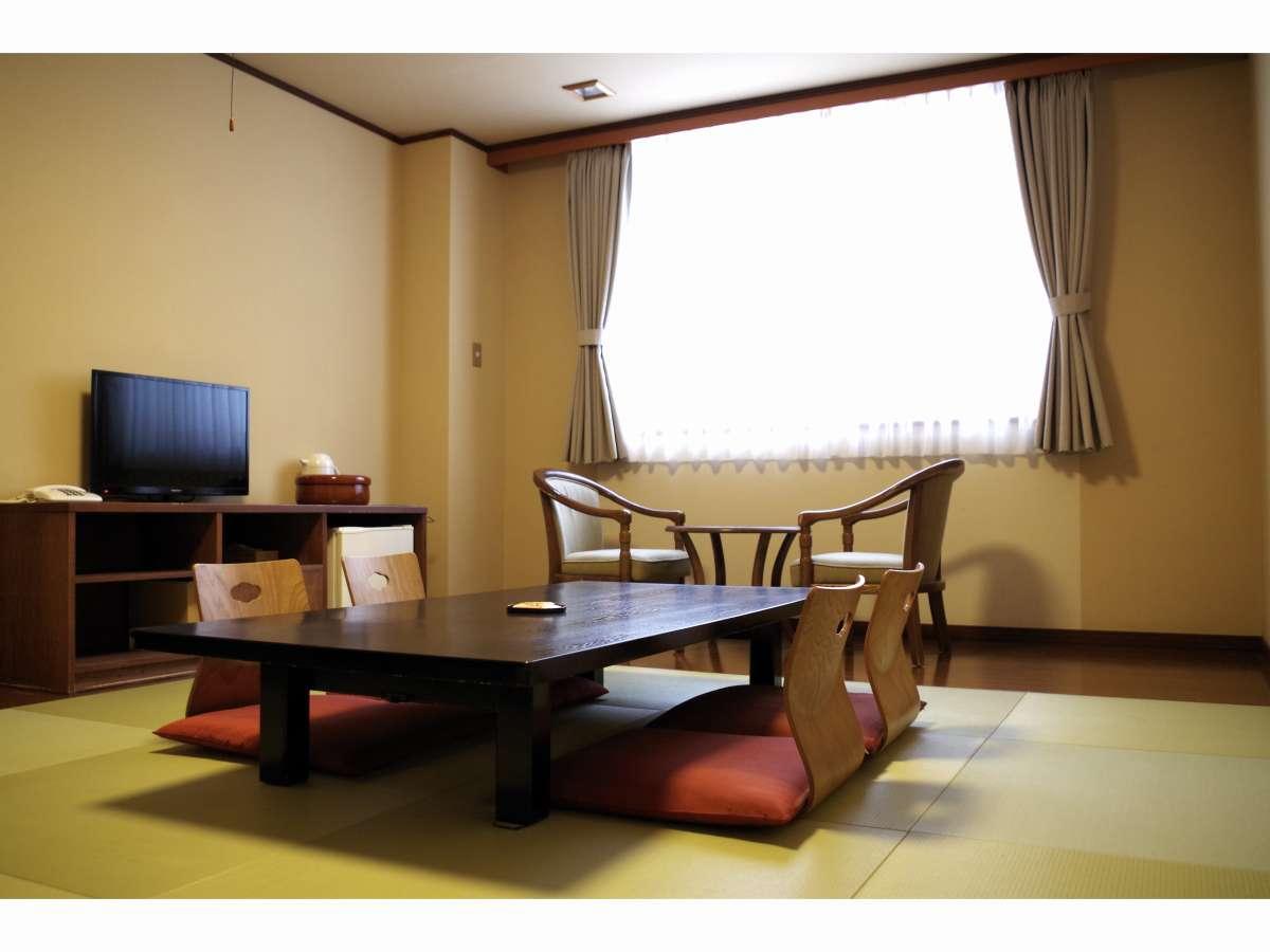 琉球畳敷きの10畳部屋。清潔でシンプルなデザインの内装