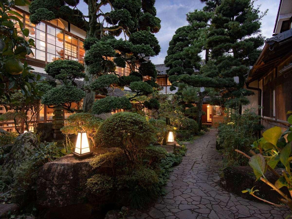 夜になるとKANMURI棟の中庭がライトアップされ、昼とは違った表情を見せてくれます。