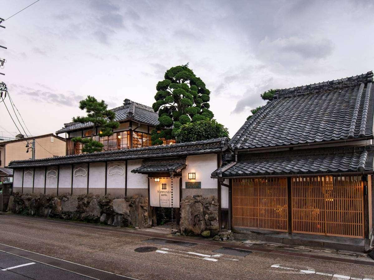 国の登録有形文化財でもあるKANMURI棟、数寄屋風建築の茶室に泊まるような気分を味わえます。