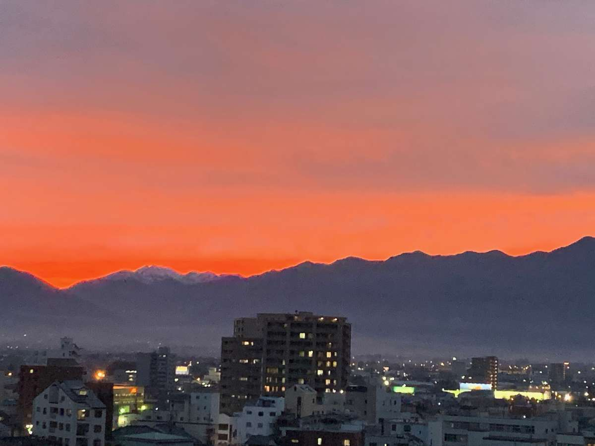 ホテルの上階からはこんなきれいな夕日が観られることも