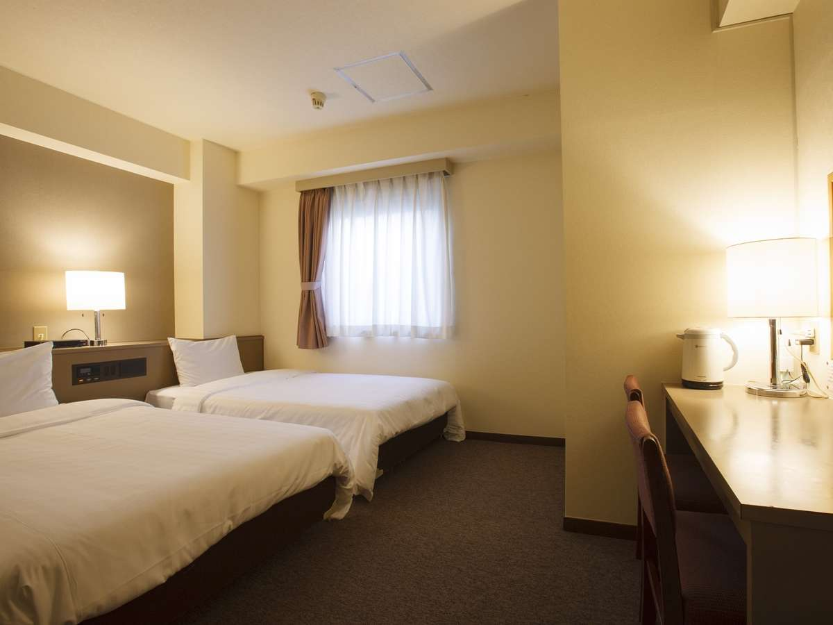 ツイン客室。ゆったりサイズのセミダブルベッドと羽毛布団を使用し、最高の寝心地をお約束します。