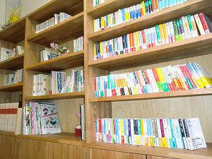 山荘に図書室が出来ました。ゆっくりと読書をお楽しみください。