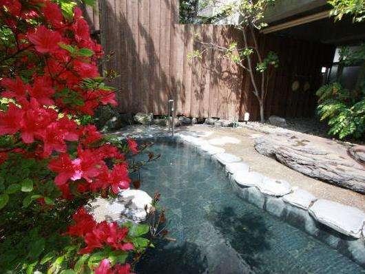彩豊かな春の露天風呂♪(女湯)夕方6時に男女入れ替え制となっております。