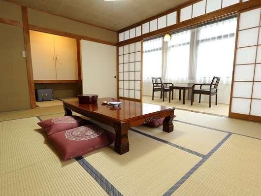 本館和室10畳トイレ付きのお部屋です。広縁付きですのでゆっくりお寛ぎいただけます。
