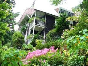 *高級別荘地に佇む、花に囲まれた小さなホテルです。