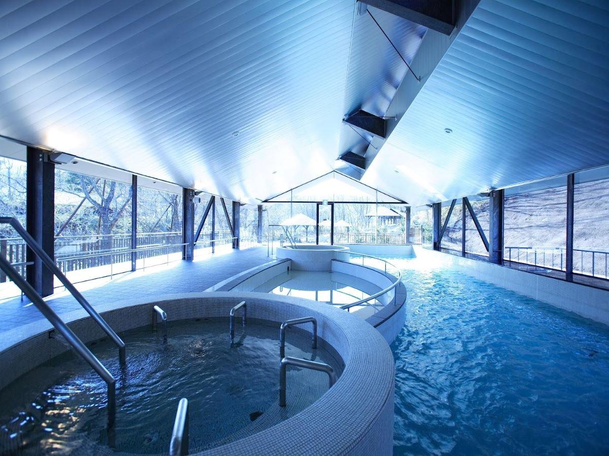 【ガーデンスパ・室内プール】解放感のあるガラス張りのプールにはジャグジも完備!