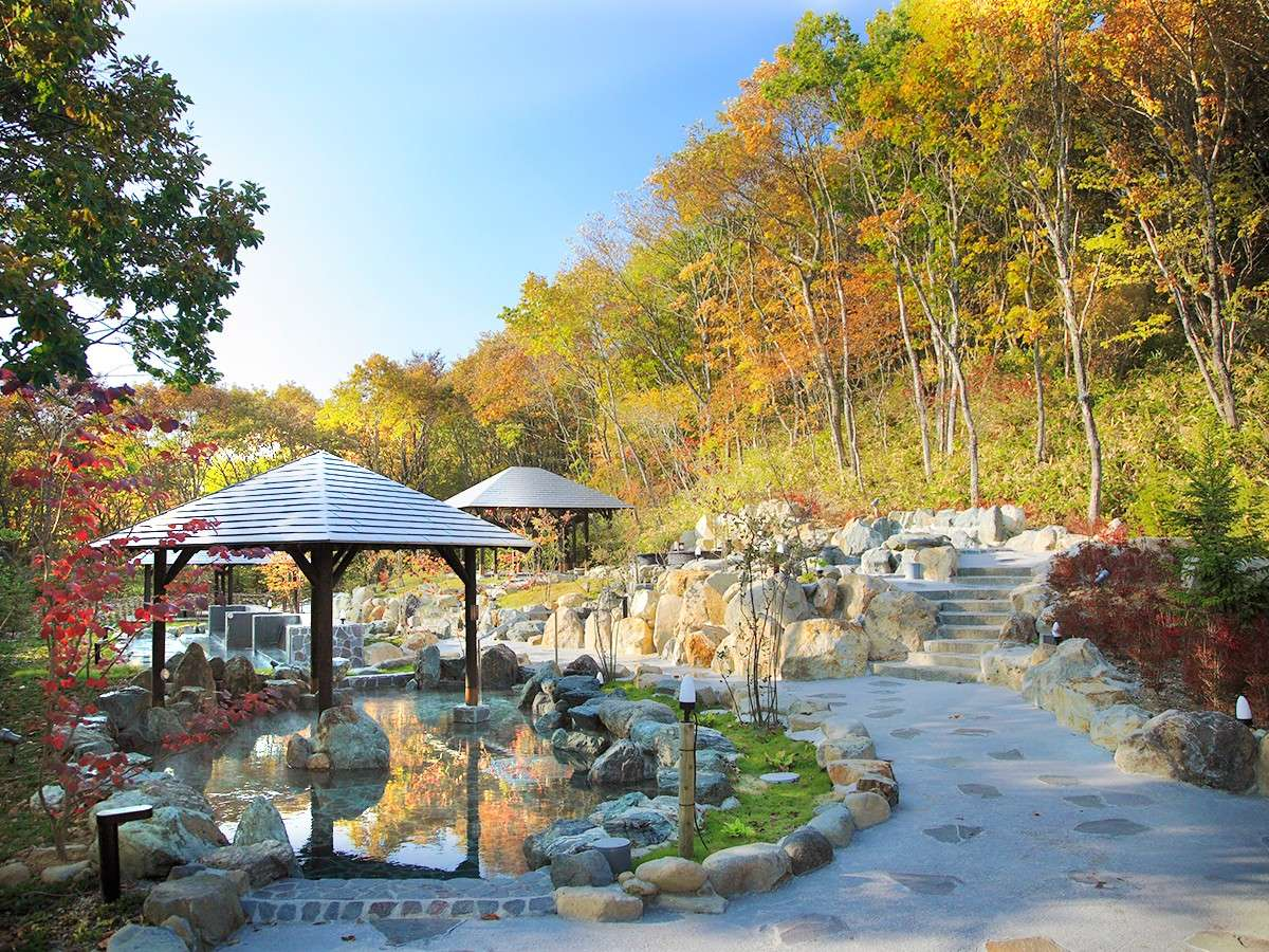 【ガーデンスパ・屋外庭園露天風呂】秋は紅葉露天も楽しめる♪広々とした「ガーデンスパ」露天風呂