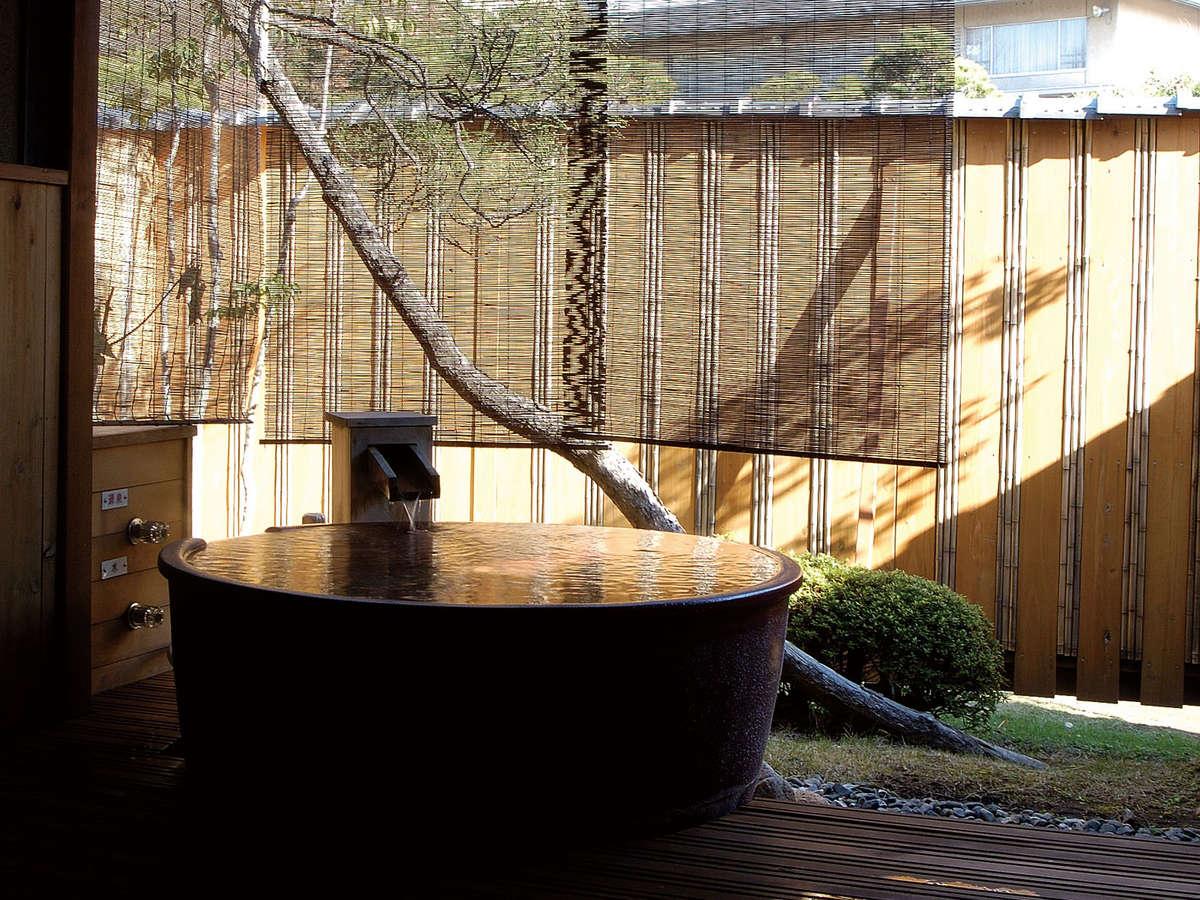 【白根】広縁の向かいに坪庭を望む露天風呂。松本清張氏が小説「波の塔」の一部を執筆したお部屋です。