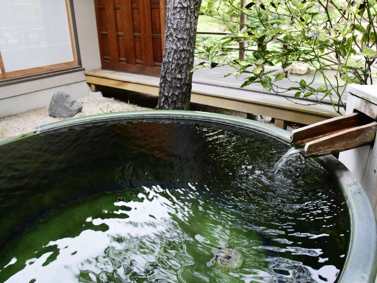 離れの露天風呂付き客室では源泉かけ流しの湯村温泉の名湯がいつでも堪能できる