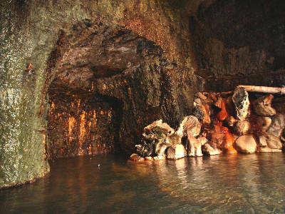 400年前より美人の湯が湧き続ける会津屋自慢の洞窟風呂