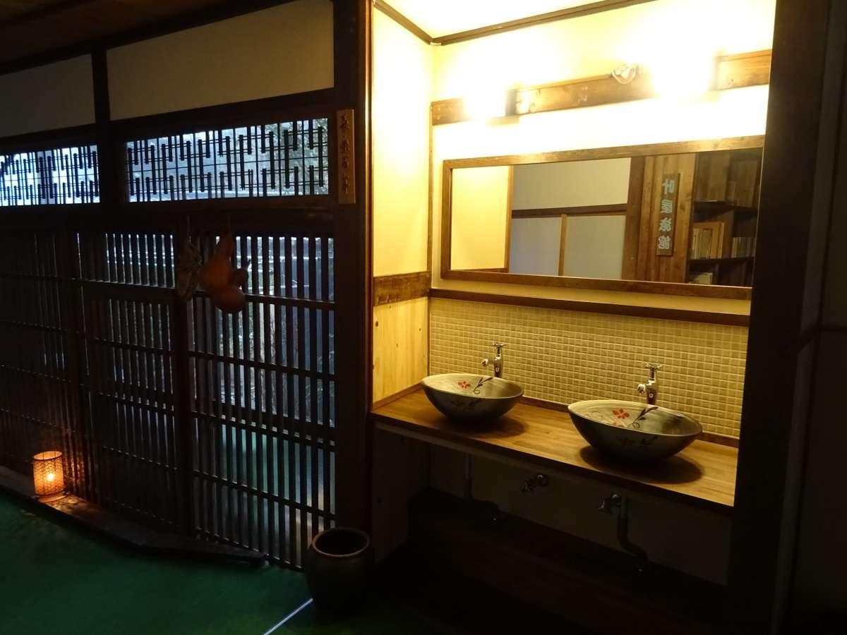 1階の洗面所です。青木村のおいしい水です。お風呂場の近くですので、飲料水としてどうぞ。