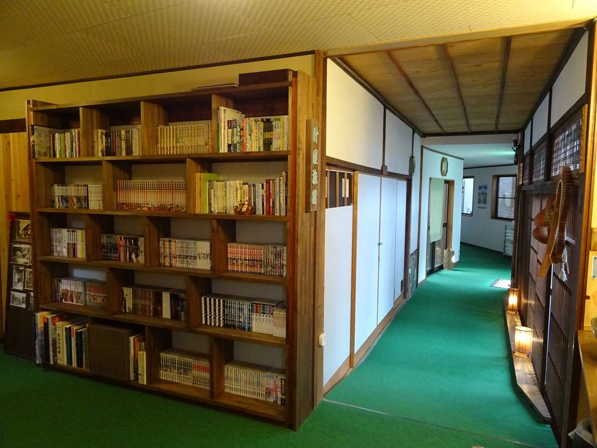 1階の書庫スペース。2階にもあります。各種マンガなどを取り揃えております。