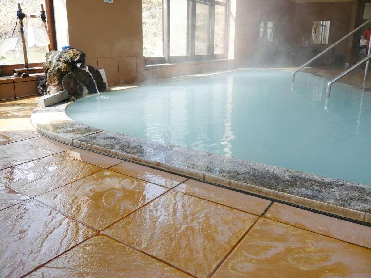 *大浴場一例/大きな窓があり明るい内湯。男湯からは鳥海山を眺められます。