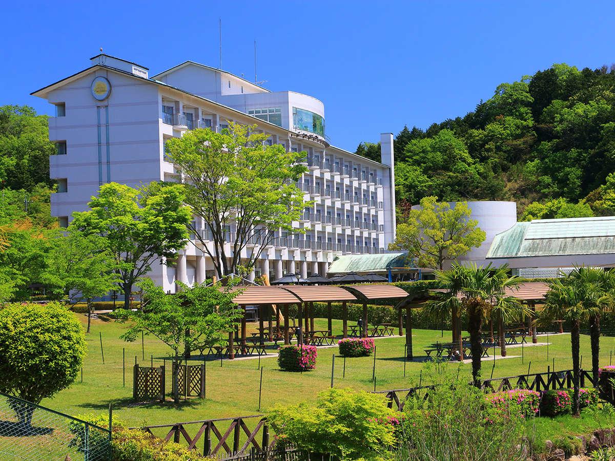 ホテル棟外観:360度自然に囲まれた当ホテル。季節の織り成す景色がゲストに癒しをもたらします。