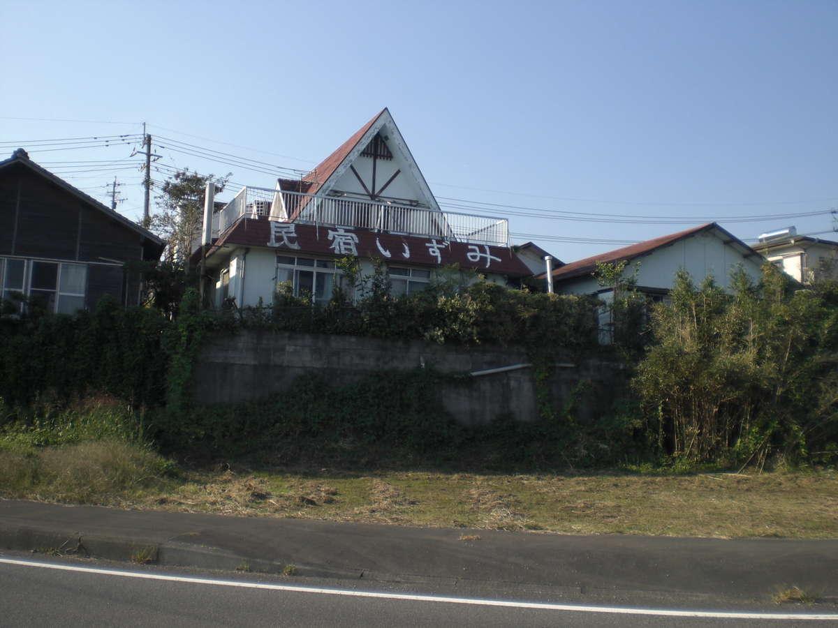国道10号線から。右の赤い屋根が別館、中央の民宿と書いてある所が本館、大部屋のバルコニーになります。