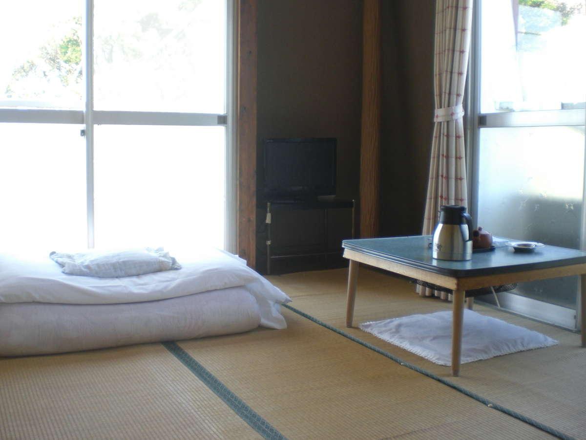 本館の二階、四畳半の和室です。お一人様にお勧めのお部屋です。