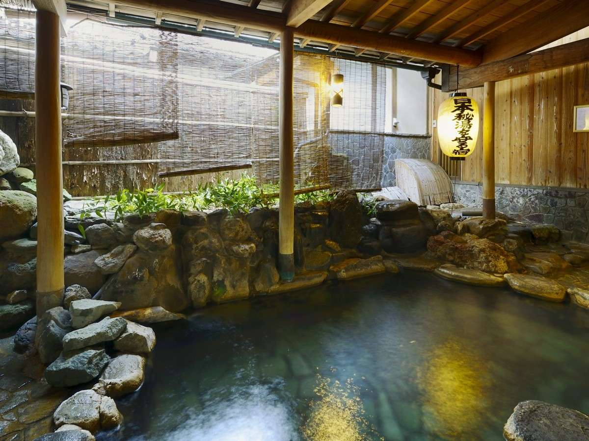 【露天風呂背戸の湯】東屋風の造り、木漏れ日を浴びながらゆったりと湯あみをお愉しみください。