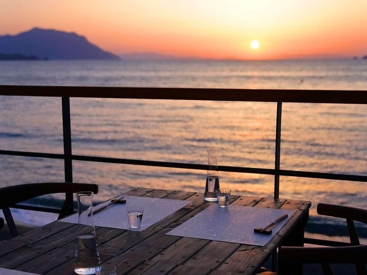 【テラスからの夕景】目の前に沈みゆく夕陽。静かなディナータイムの始まり。