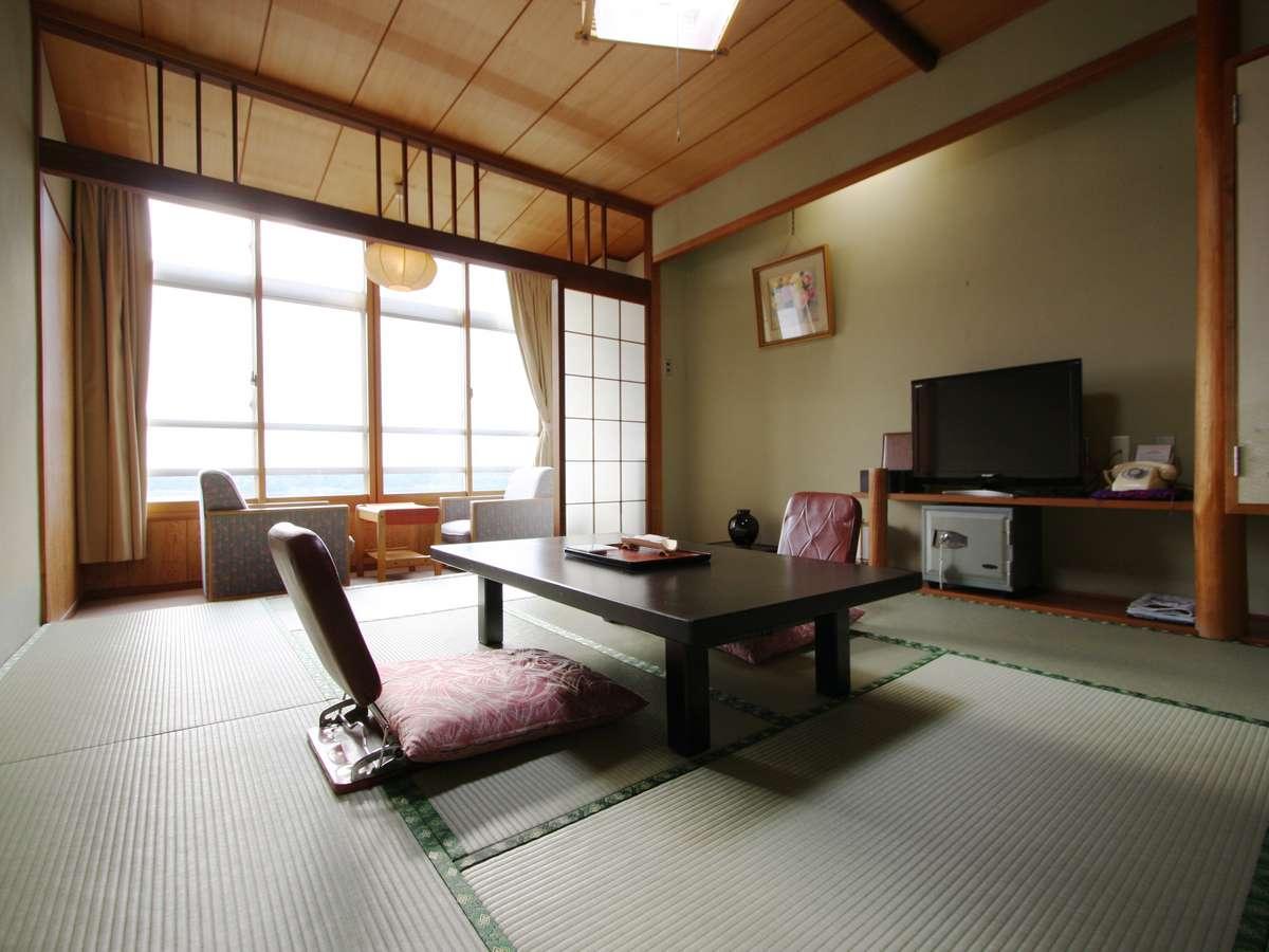 本館和室10畳 新潟県一の大きさを誇る加茂湖に面したお部屋です。