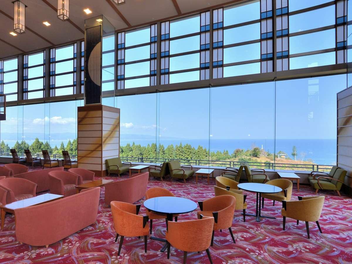 大きなガラス窓から富山湾が一望できる迫力あるロビー