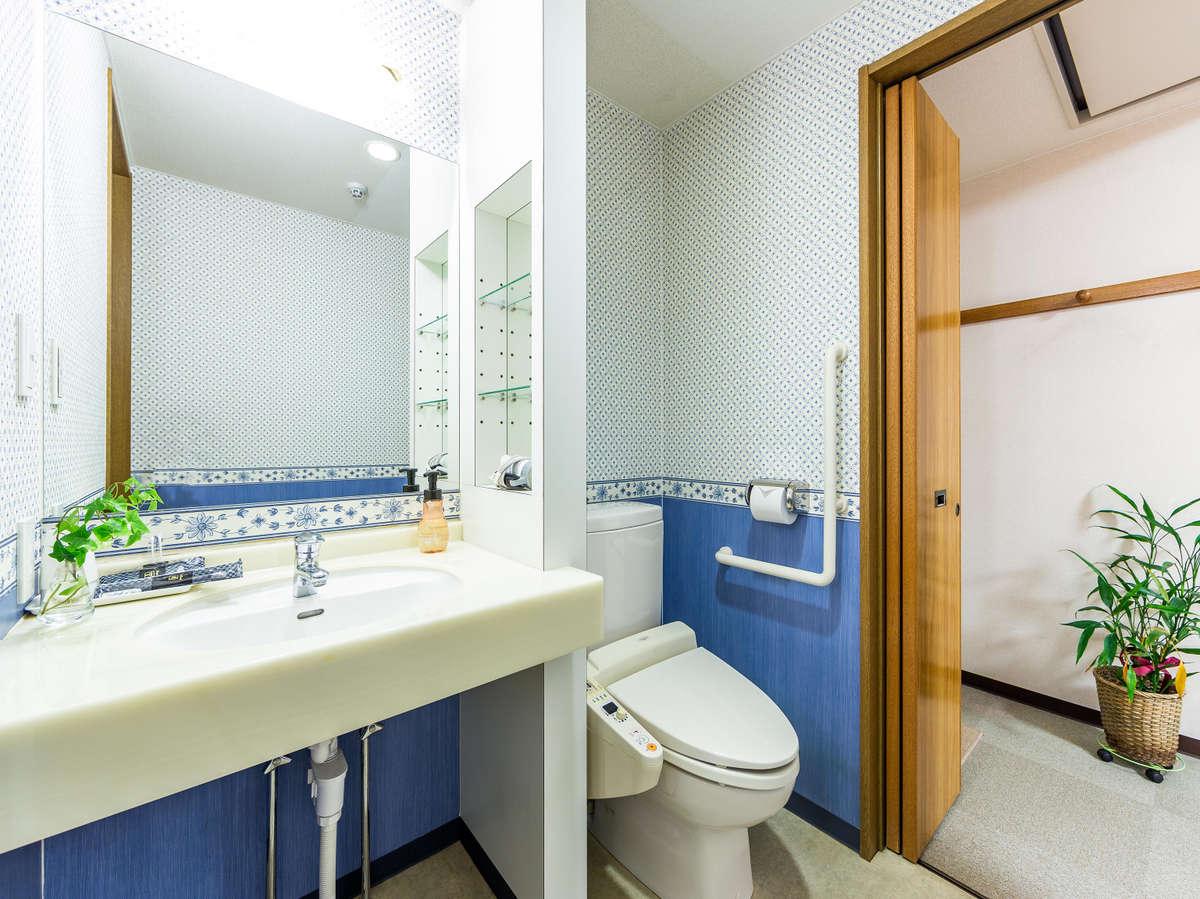 ダブルルーム 開閉ドアの奥にトイレと洗面台 個別設計で奥の開閉ドアで洗い場のあるゆったりお風呂