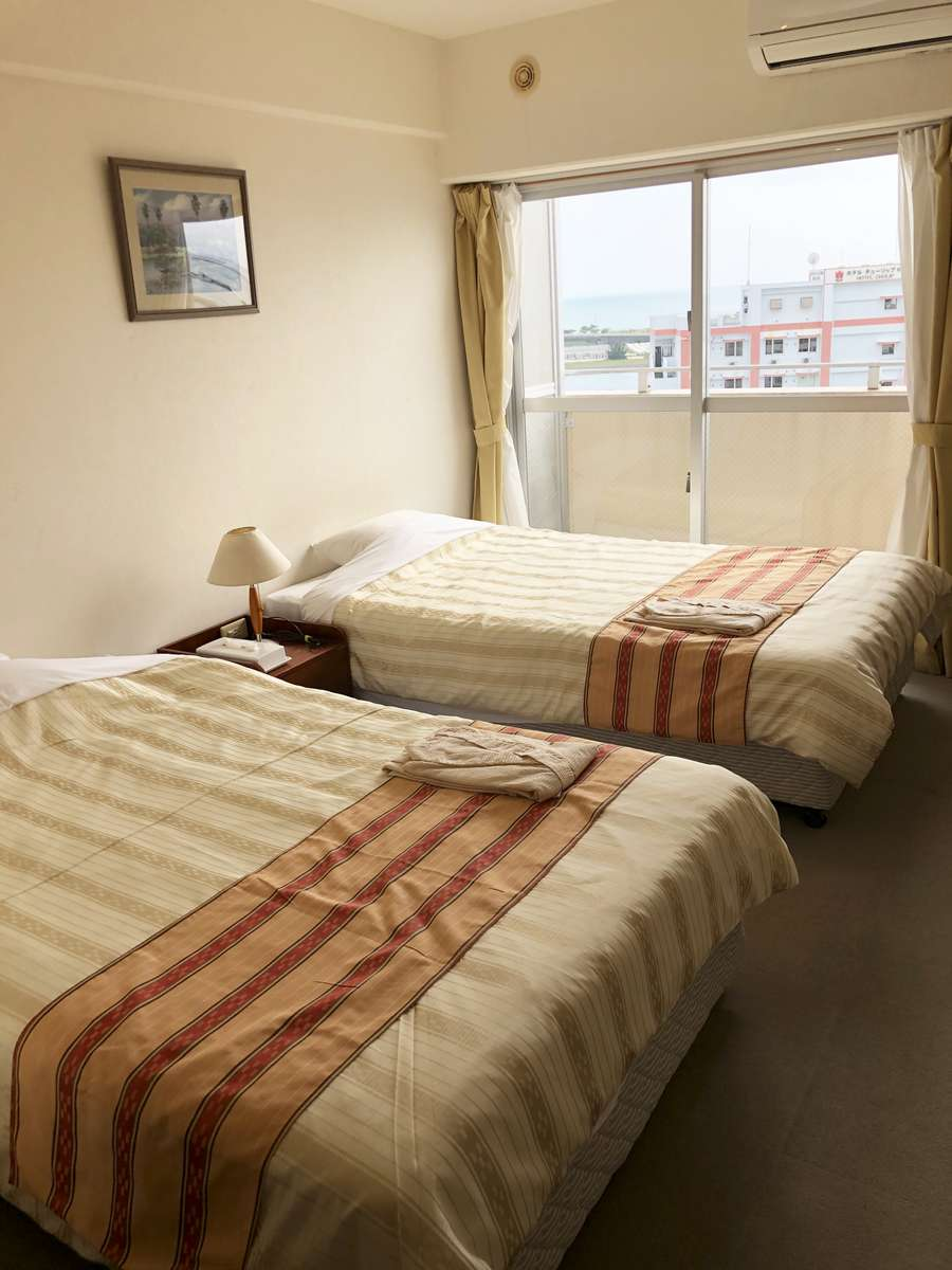 ツインルーム。ベッド幅120cmなので広々眠れます。