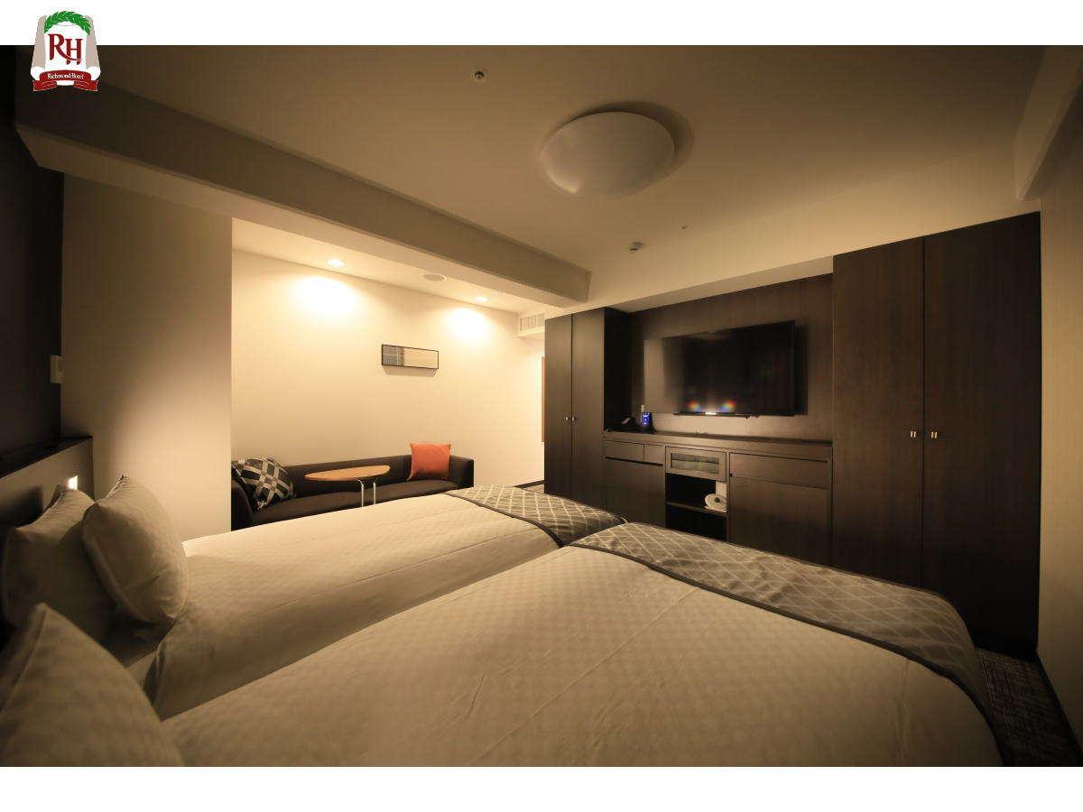 広さ28.3㎡・110㎝幅のセミダブルベッドを2台くっつけて設置しております。