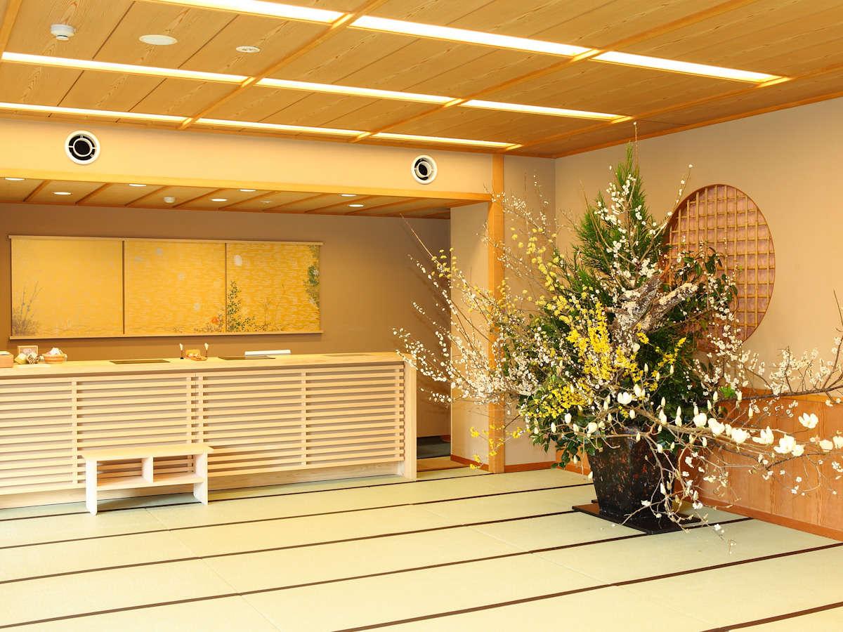 季節の活け花と畳敷きのロビーがお出迎え