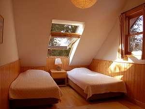 ロフト付のベッドルーム。窓からは星空が広がる