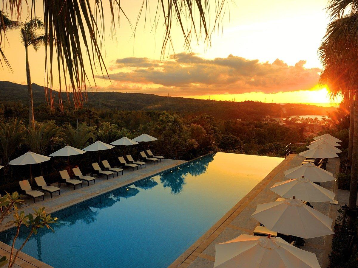 【プール】プールサイドでカクテルを飲みながら、美しい夕陽を眺めて過ごす極上の休日。