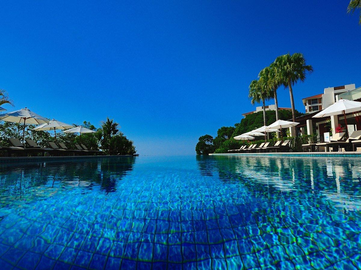 【プール】青空とともに広がるプール