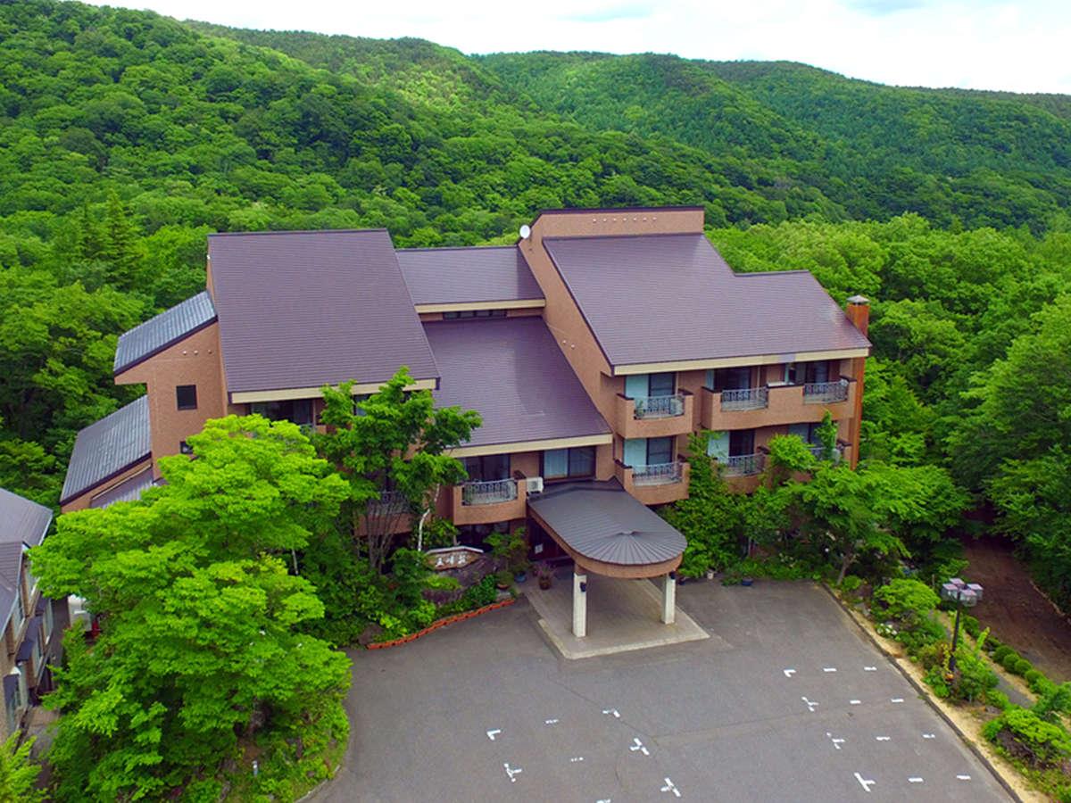 【外観】雄大な山々に囲まれた大自然の中に、五峰荘はございます。